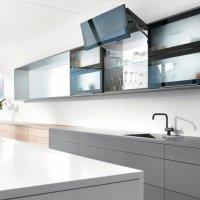 Складной подъемный механизм AVENTOS HF идеально подходит для высоких и средних по высоте верхних шкафов. Фасады легко поднимаются и предоставляют достаточно свободного пространства над головой.