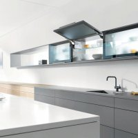 При использовании подъдемного механизма AVENTOS HK фасад, поднимаясь, полностью освобождает рабочее пространство. Таким образом, во время готовки шкаф может оставаться открытым.