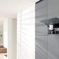 AVENTOS HK-S подходит для малых корпусов в верхнем шкафу и шкафу-колонке Этот подъемник помогает оптимально использовать полезное пространство и подходит для малых корпусов в колонке и верхнем шкафу, например, над шкафом для запасов или холодильником.